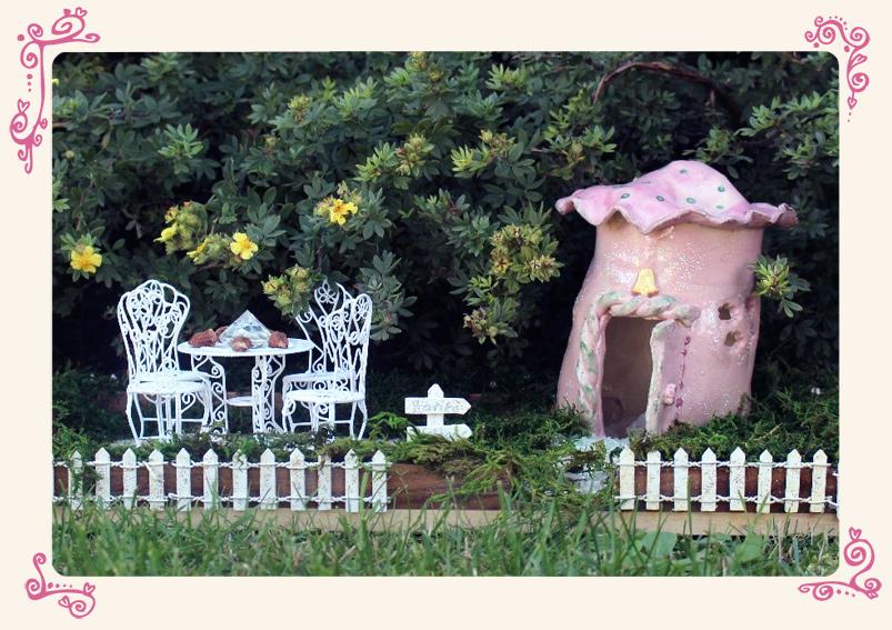 Feenhaus mit Gartenstühlen Fairies Welcome